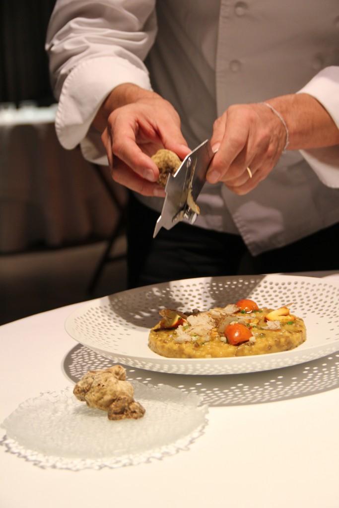 Nur frisch und hauchdünn gehobelt veredelt der weiße Trüffel die herbstlichen Gerichten wie das Ou de Reig Risotto