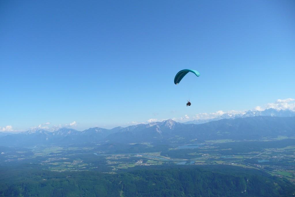 Paraglider vor den Karawanken