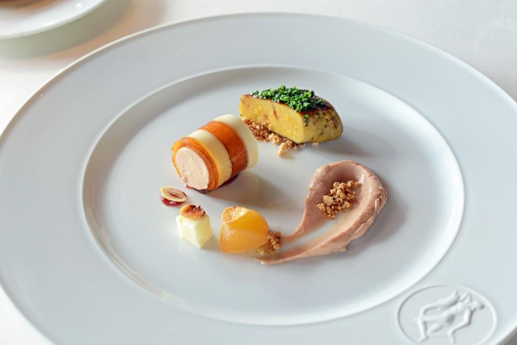 Zweierlei von der Entenleber mit Mandelmilchgelee, karamellisierten Haselnüssen und Apfel-Ingwer-Kompott_Harald Wohlfahrt