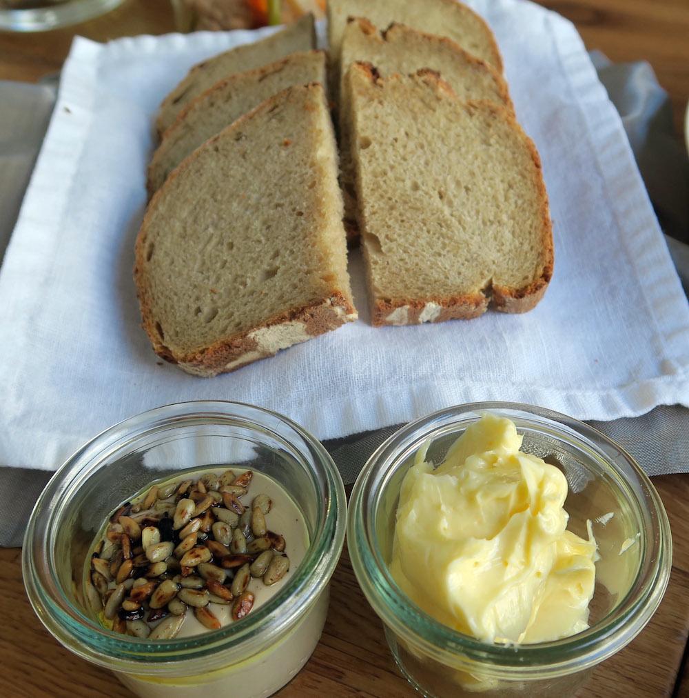 Selbstgebackenes Brot mit Butter und Sonnenblumencreme aufgenommen am 20.07.2016 beim Berliner Abend im Restaurant einsunternull in Berlin Mitte. © BY XAMAX